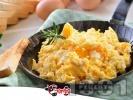 Рецепта Бъркани яйца на тиган със сирене, кашкавал и розмарин
